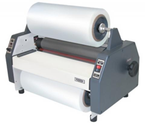 Um modelo comum de termolaminadora. Algumas podem operar a quente e a frio. Este modelo está equipado com duas bobinas para laminar ambos os lados do papel.